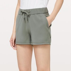 Lululemon On the Fly Short Woven  2.5 Grey Sage